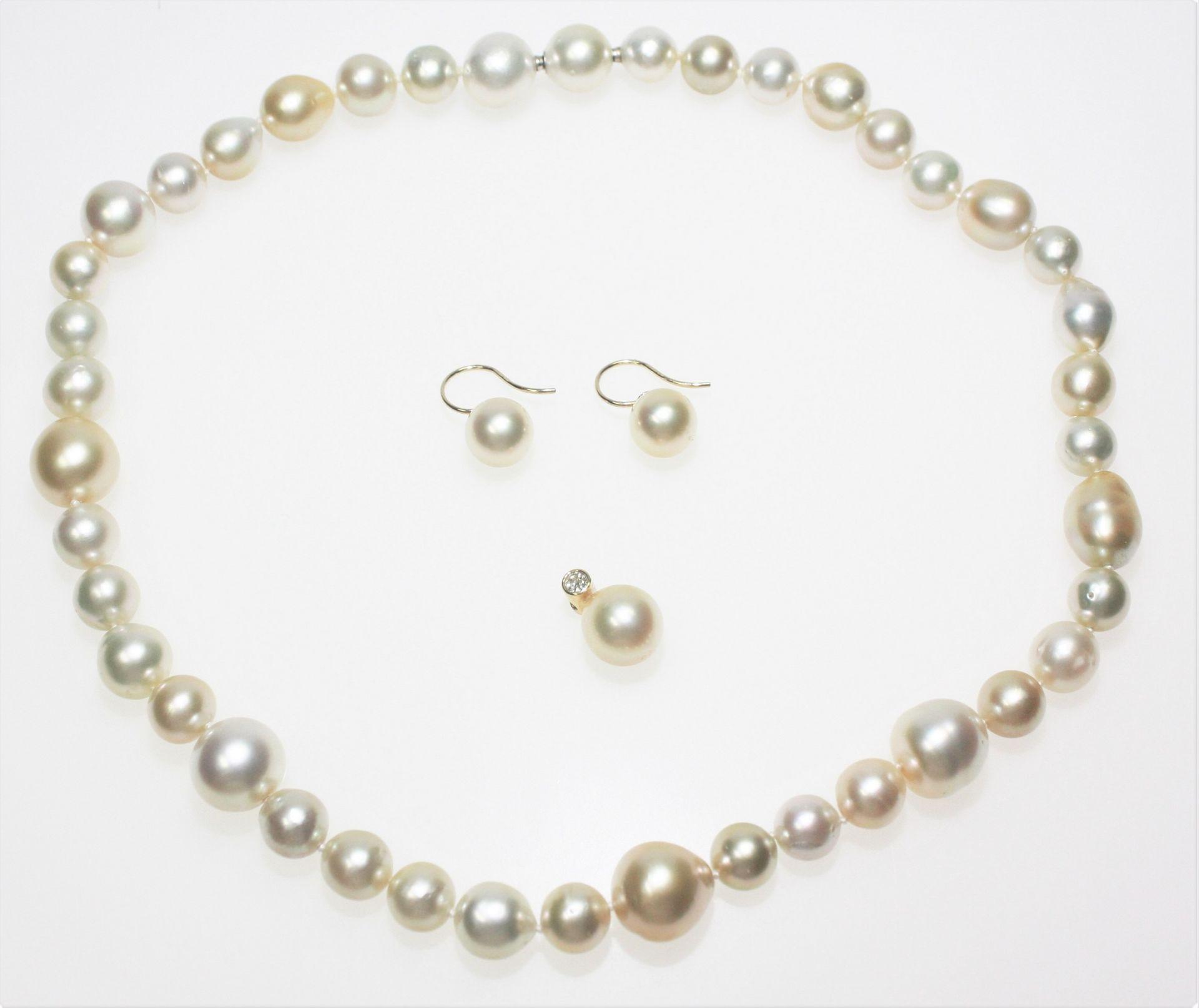 Südseeperlgarnitur: 1 Kette aus unregelmäßigen Perlen verschiedener Größen, goldfarbig bis hellgrau,