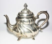 Silberne Teekanne 830/f gest. mit Deckel, ca. 21,5 cm hoch. Brgw. ca. 730 g