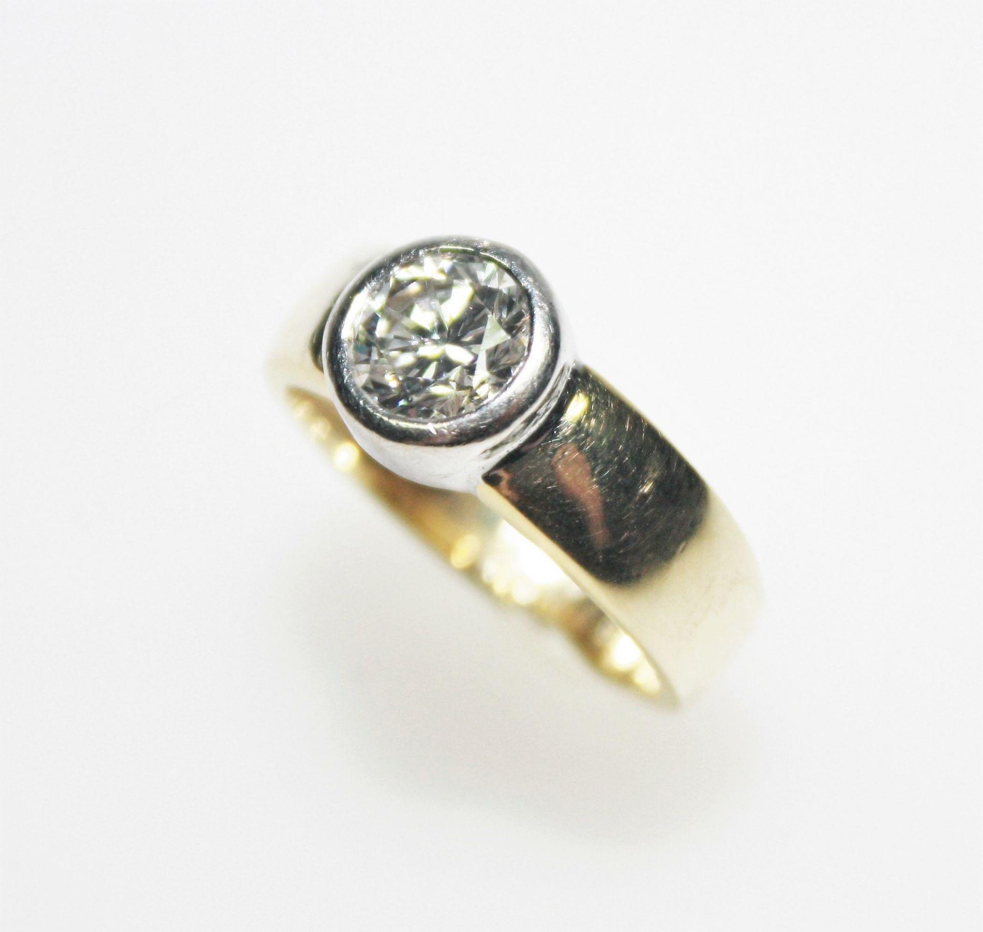 Ring in Gelb- und Weißgold 750/f gest., in Zarge gefasst ein Diamant solitär in Brillantschliff gem.