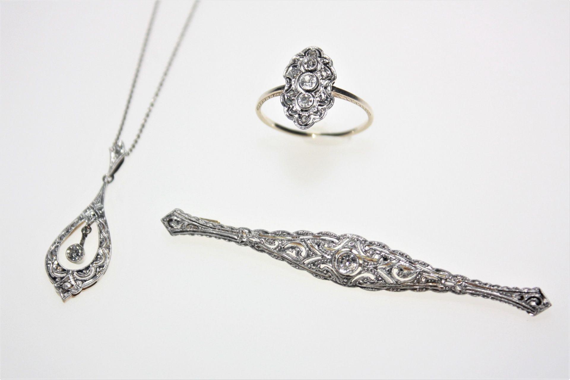 Älteres, goldenes Konvolut mit weißer Aufsicht, Art Deco: 1 Ring 585/f gest. mit drei Diamanten in
