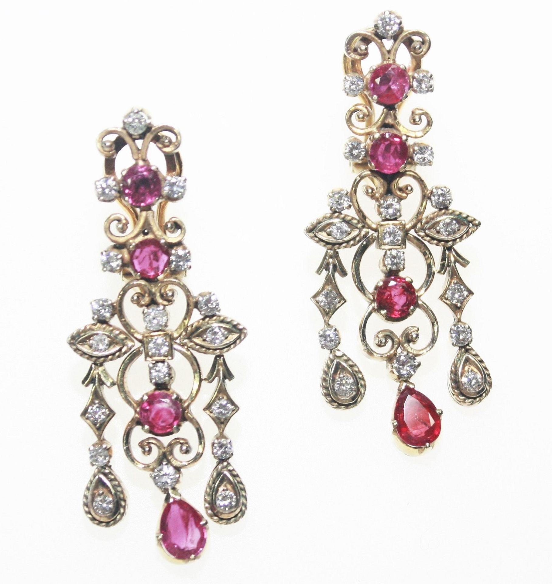 Ältere Hängeohrclips Silber/vergoldet mit jeweils vier Rubinen zus. ca. 2,60 ct und Diamanten in