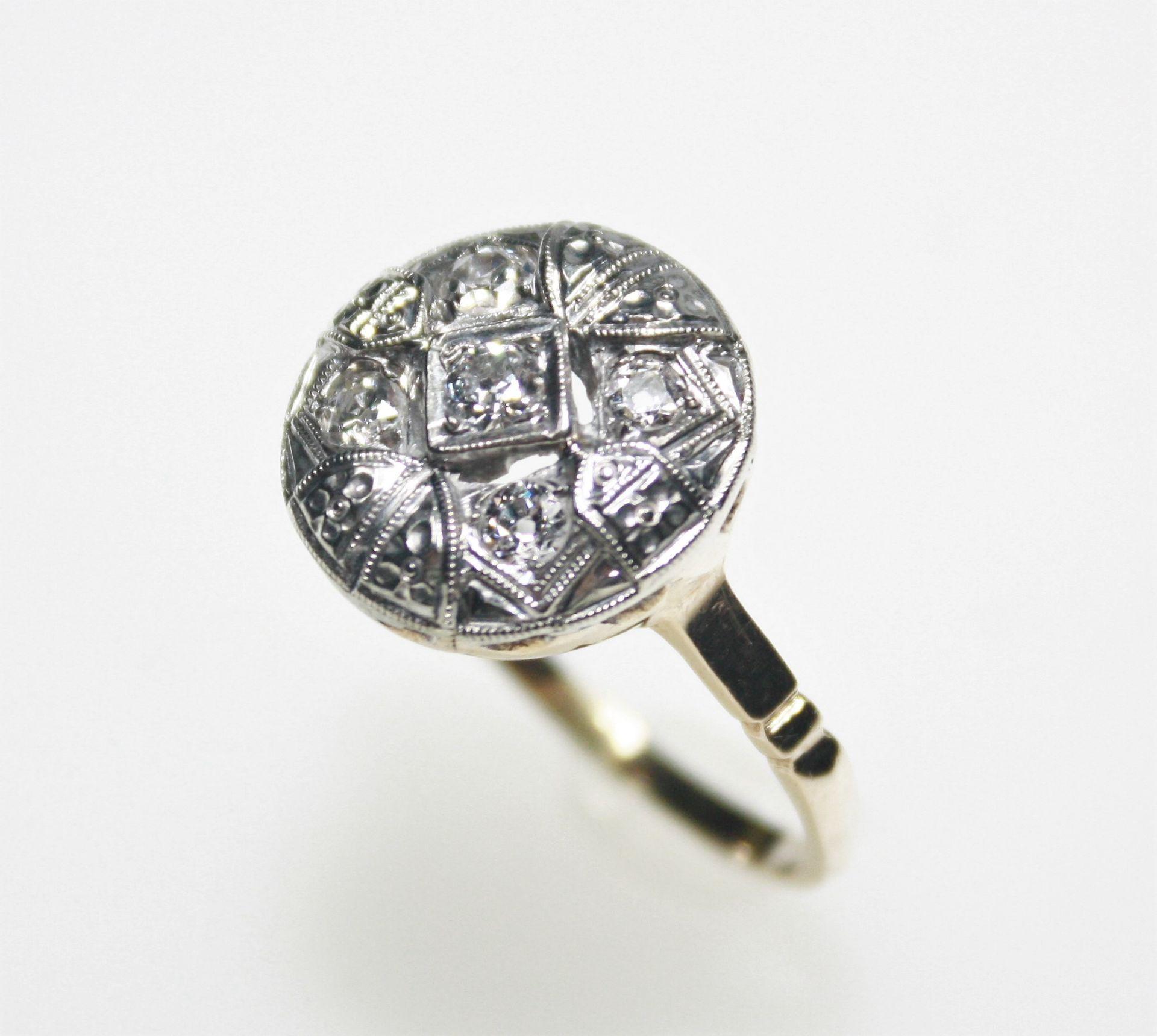 Älterer, goldener Ring mit weißer Aufsicht 14 K gest., Art Deco, runder Ringkopf mit fünf