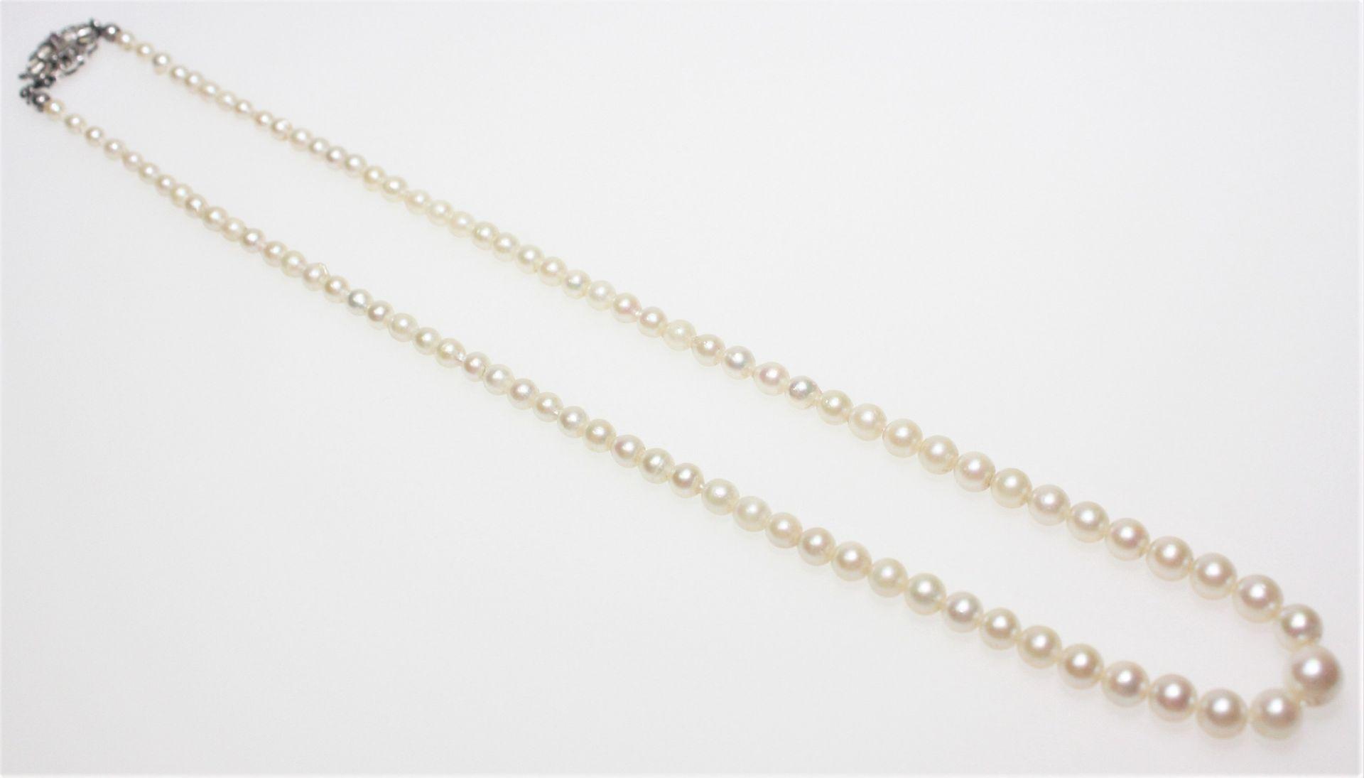 Perlenkette im Verlauf ca. 7,2 auf 3,5 mm, Perlen leicht barock, einige Perlen möglicherweise