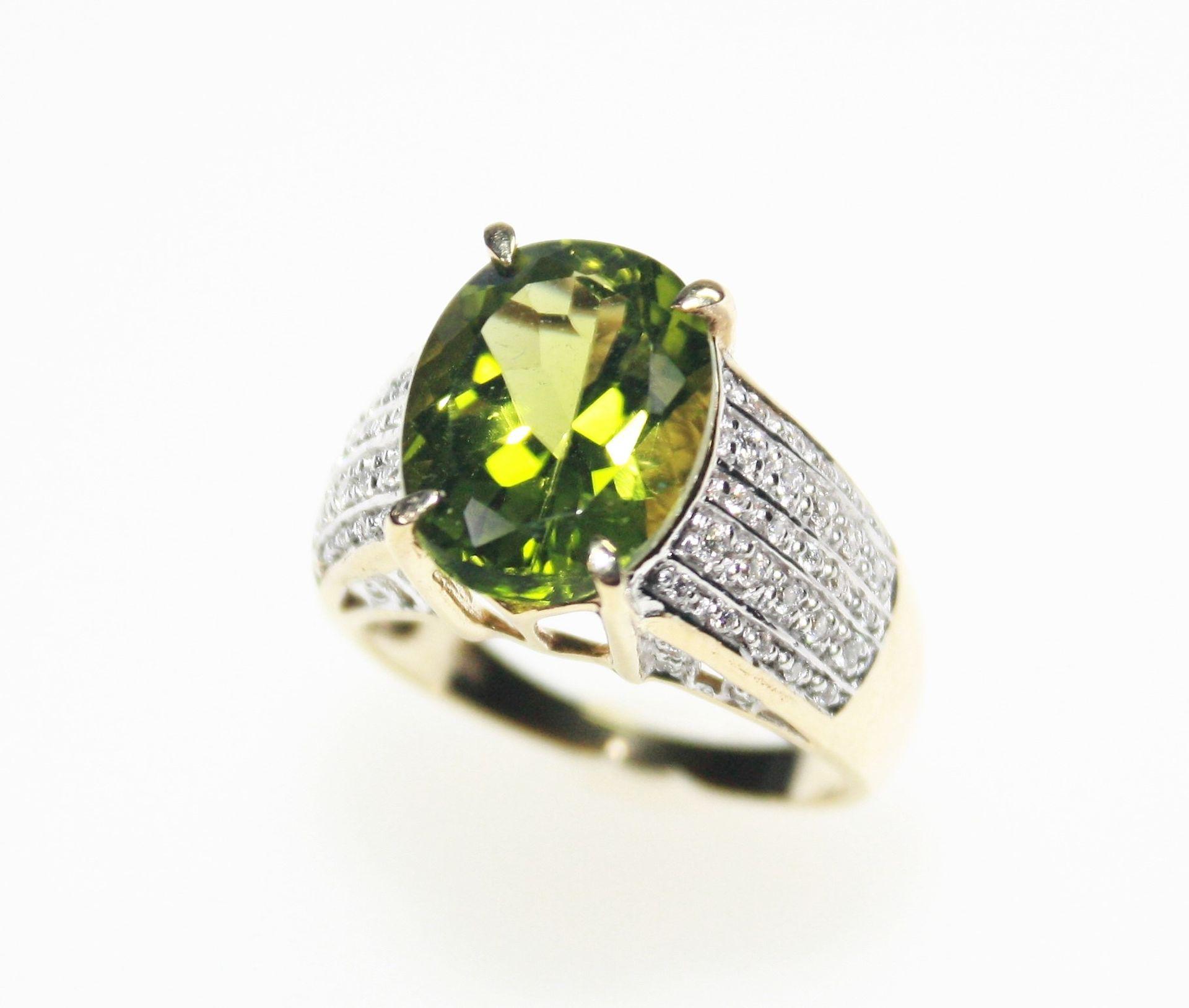 Goldener Ring 750/f gest., hoch gearbeiteter Ringkopf mit einem oval facettierten Peridot,