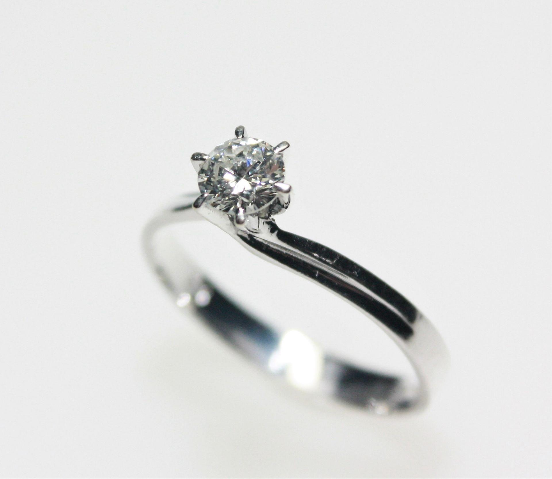 Moderner Weißgoldring 585/f gest., in Krappen gefasst ein Diamant solitär in Brillantschliff ca. 0,