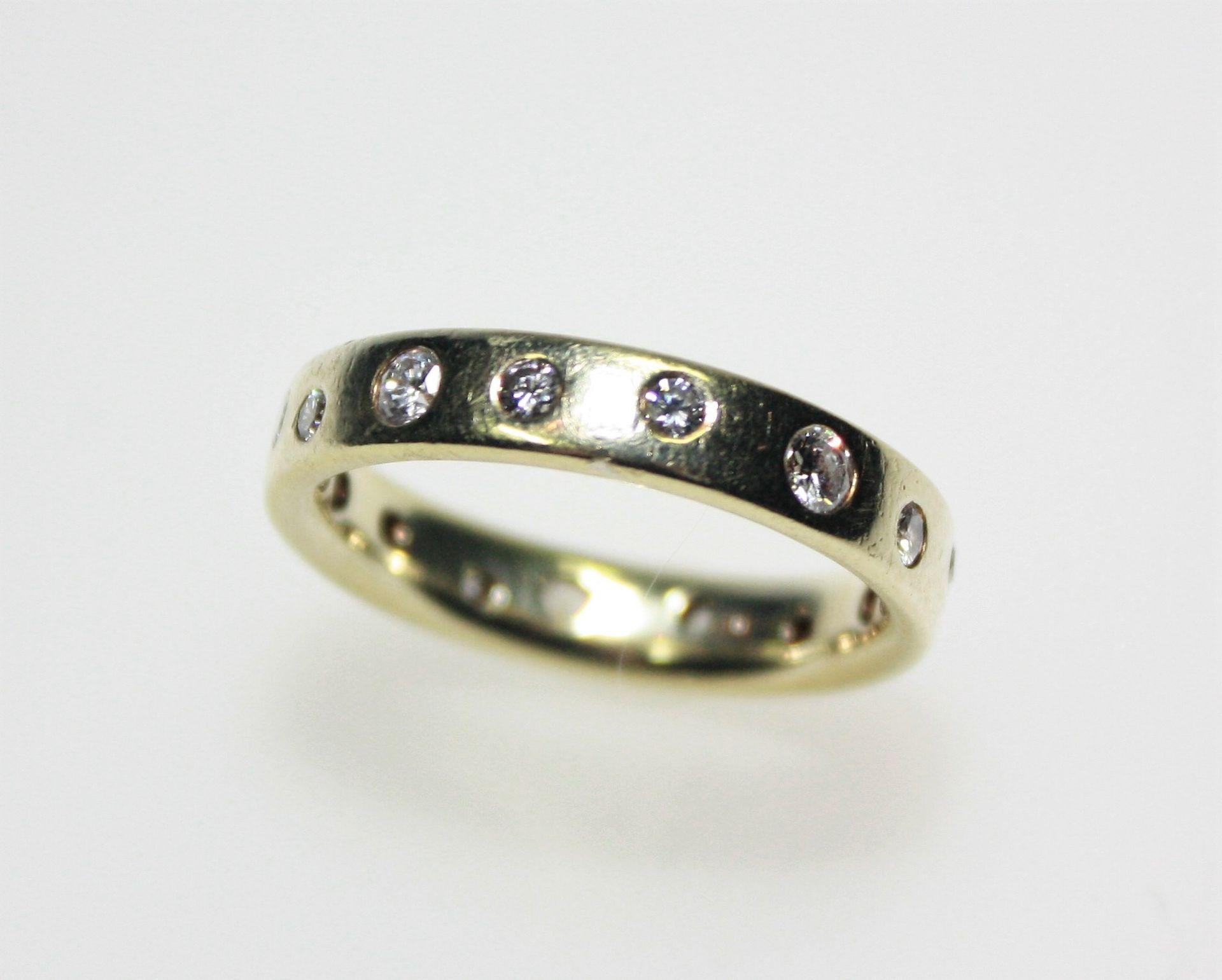 Goldener Ring in Trauringform 585/f gest., rundherum Diamanten in Brillantschliff zus. ca. 0,70 ct