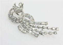 Weißgoldbrosche ca. 750/f, ausgefasst mit Diamanten in Brillantschliff zus. ca. 2,70 ct und in