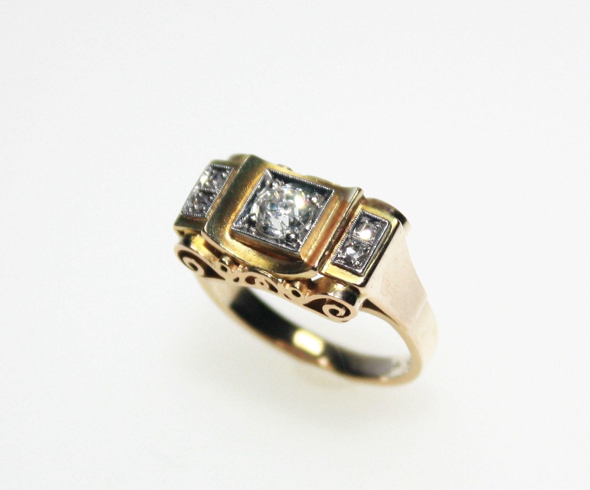 Älterer, handgearbeiteter Ring 585/f gest., zur Mitte ein Diamant in Brillant-Altschliff ca. 0,40 ct
