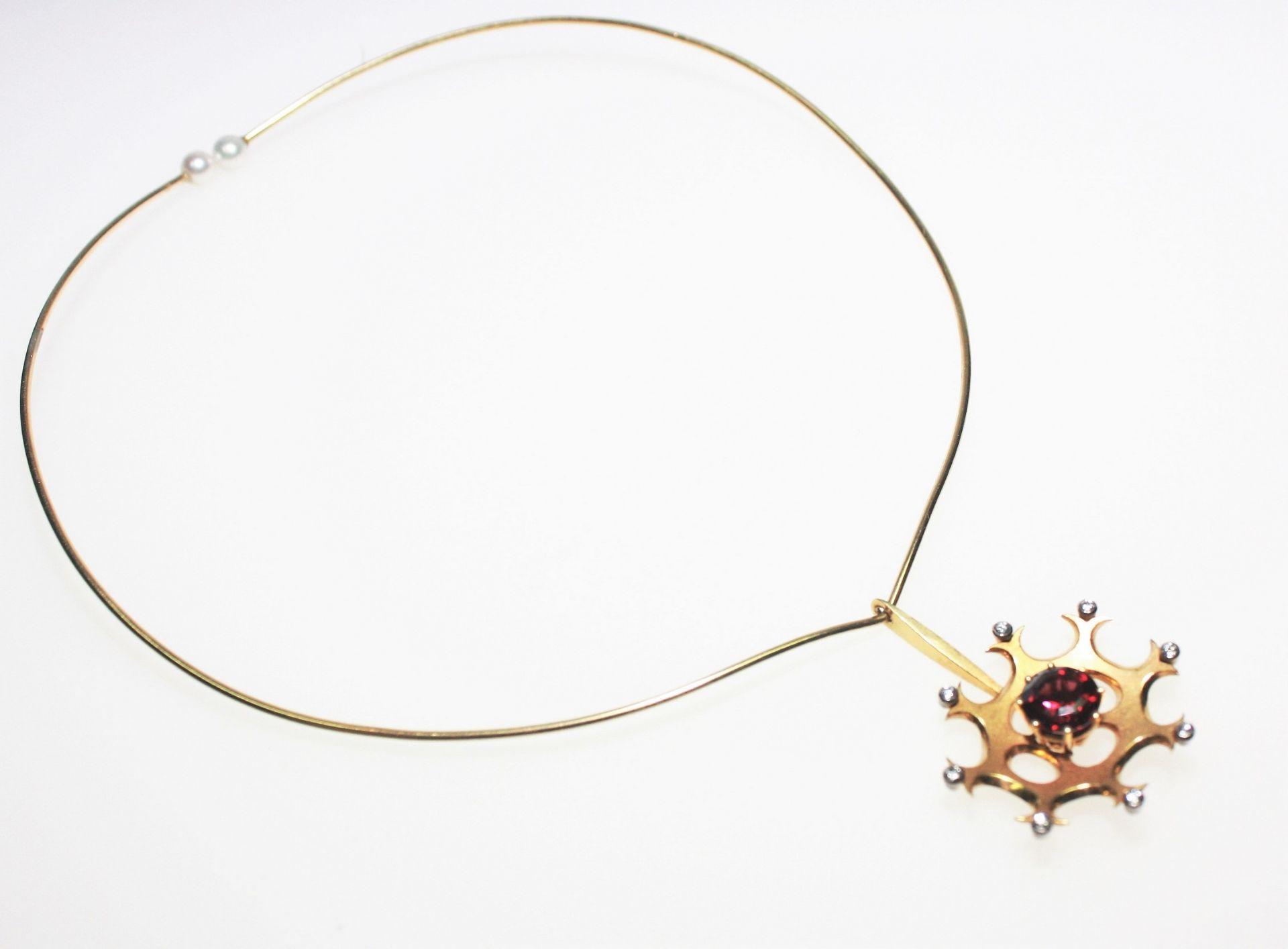 Moderner, goldener Halsreif 750/f gest., an den Enden je eine Zuchtperle, goldenes Anhängeteil mit