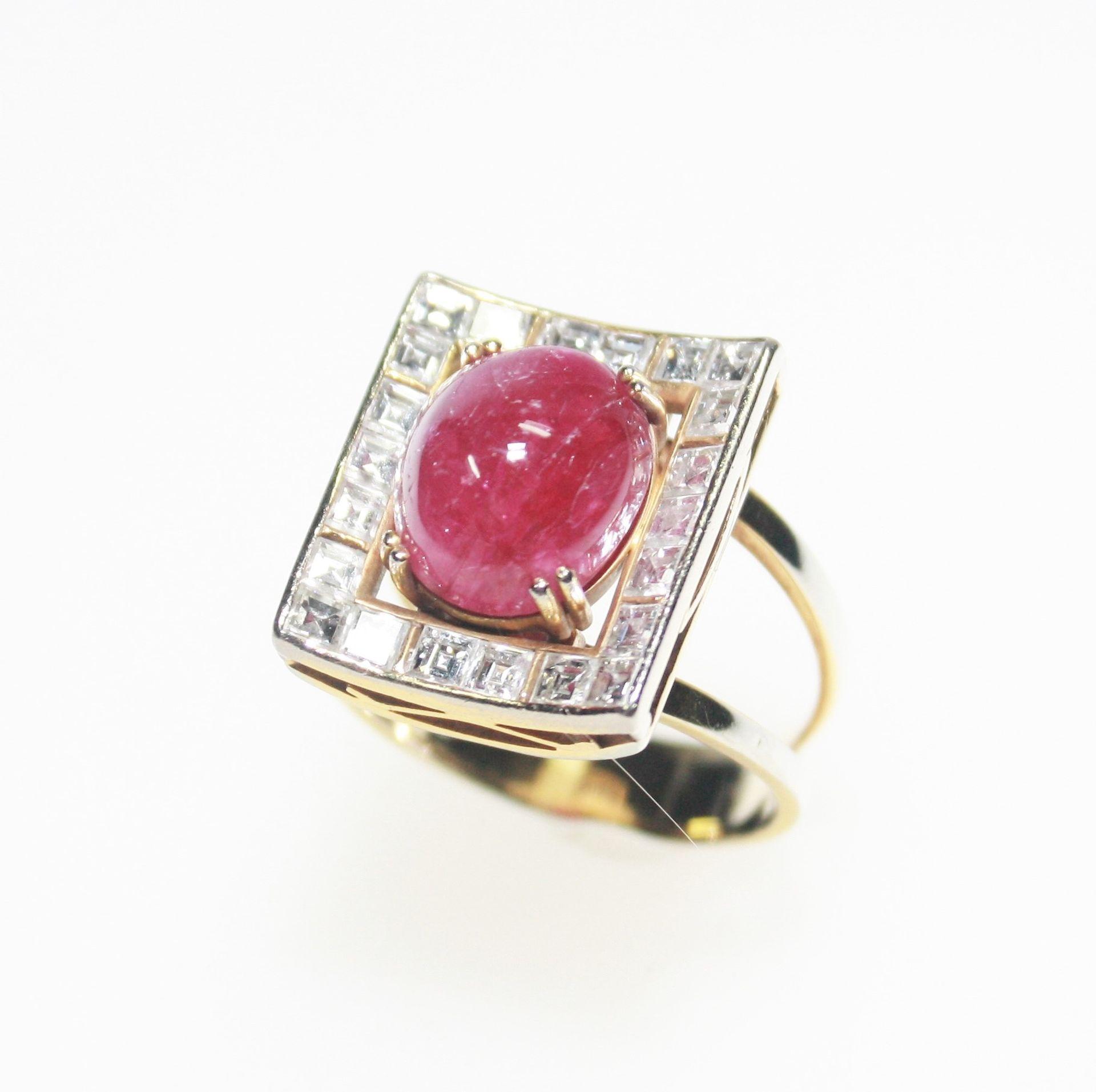Ring Weißgold vergoldet 750/f gest., rechteckiger Ringkopf mit einem ovalen Rubincabochon ca. 12,6 x