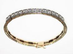 Schmales, goldenes Armband mit weißer Aufsicht 585/f gest., zur Mitte in quadratischen