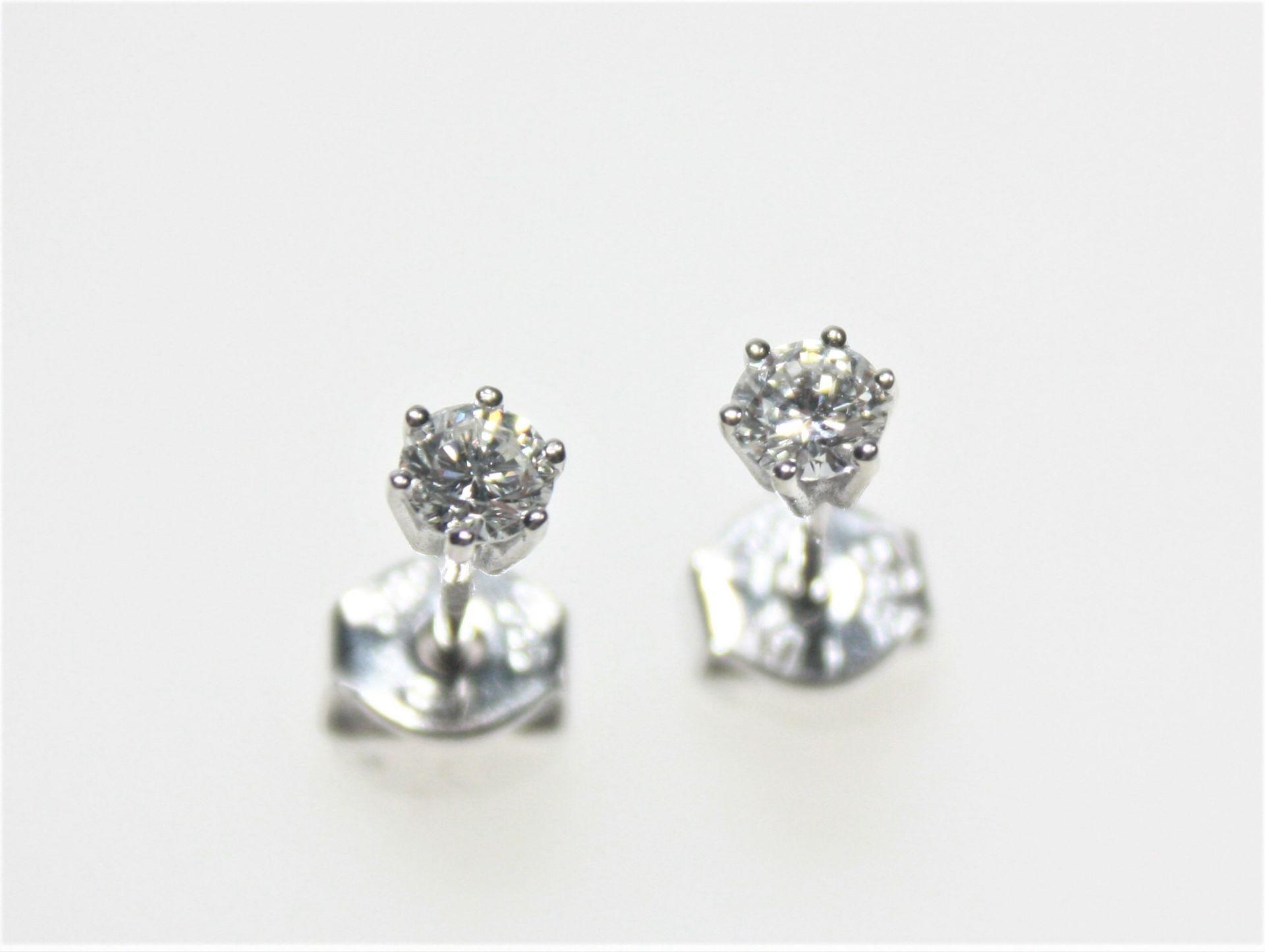 Weißgoldene Ohrstecker 585/f gest., in sechs Krappen gefasst je ein Diamant in Brillantschliff