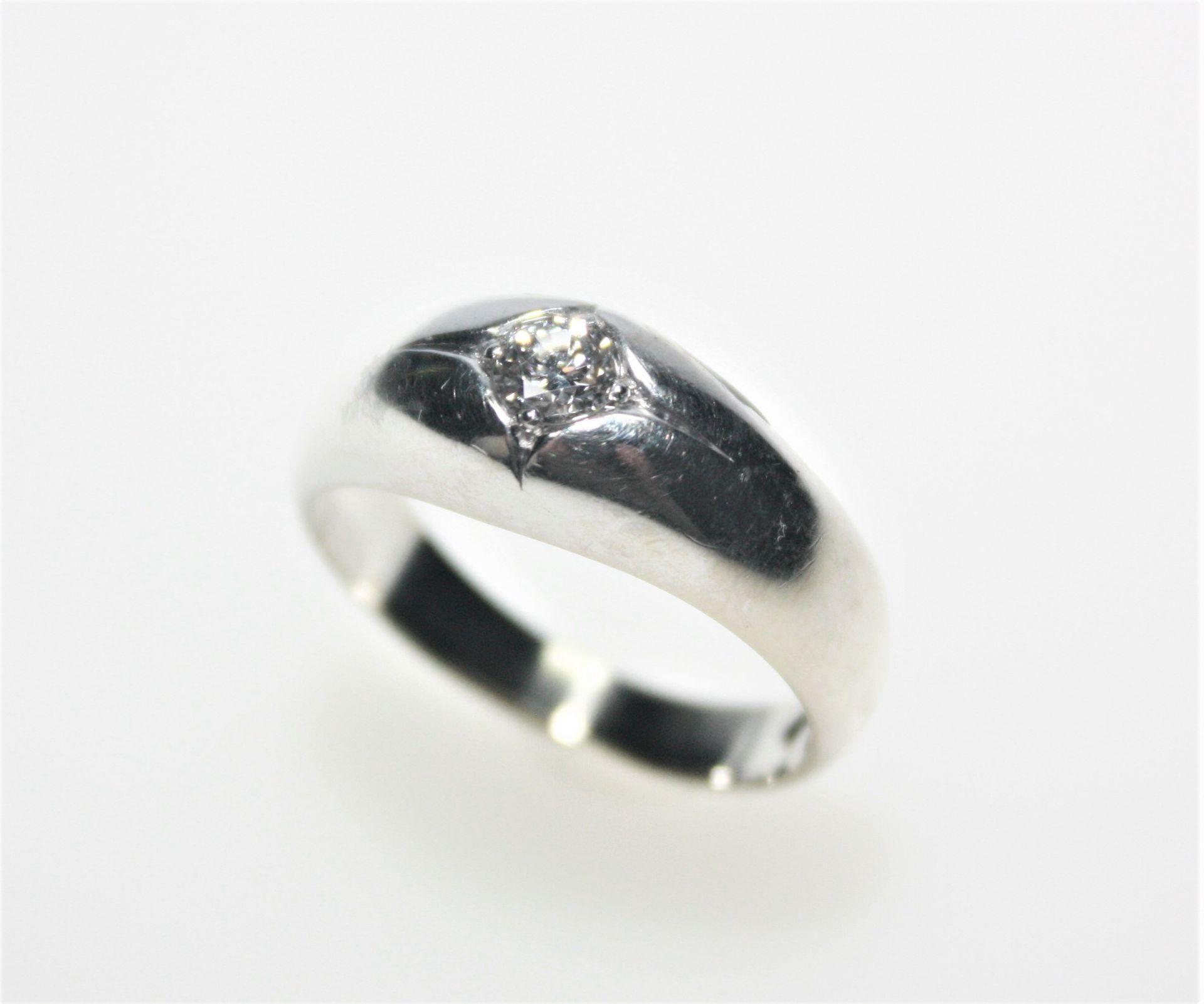 Weißgoldener Bandring 585/f gest. mit einem Diamanten in Brillantschliff ca. 0,29 ct in leicht