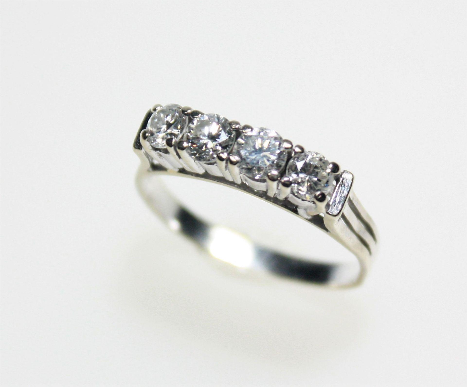 Weißgoldener Vorsteckring 585/f gest. mit vier Diamanten in Brillant schliff zus. ca. 0,85 ct in