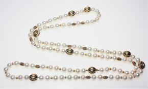 Lange Kette aus Zuchtperlen und unterschiedlich großen Goldteilen 585/f gest., Perlen in gutem