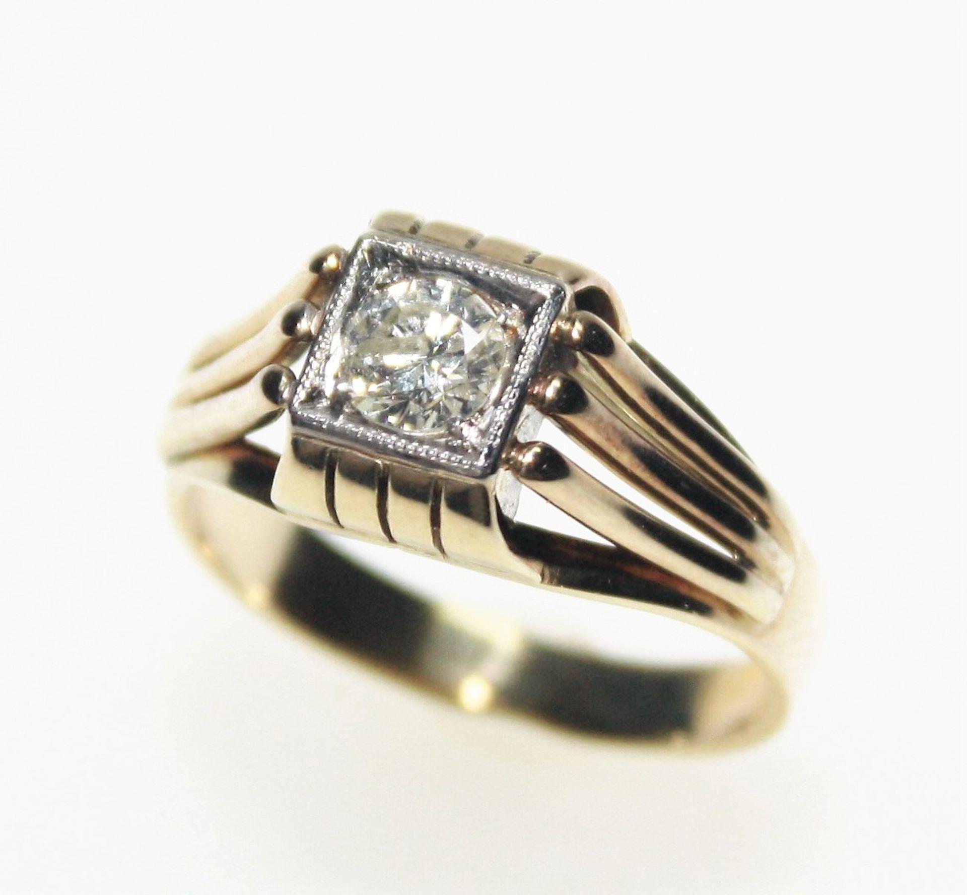 Älterer, goldener Ring 585/f gest., in quadratischer Weißgoldfassung ein Diamantsolitär ca. 0,55