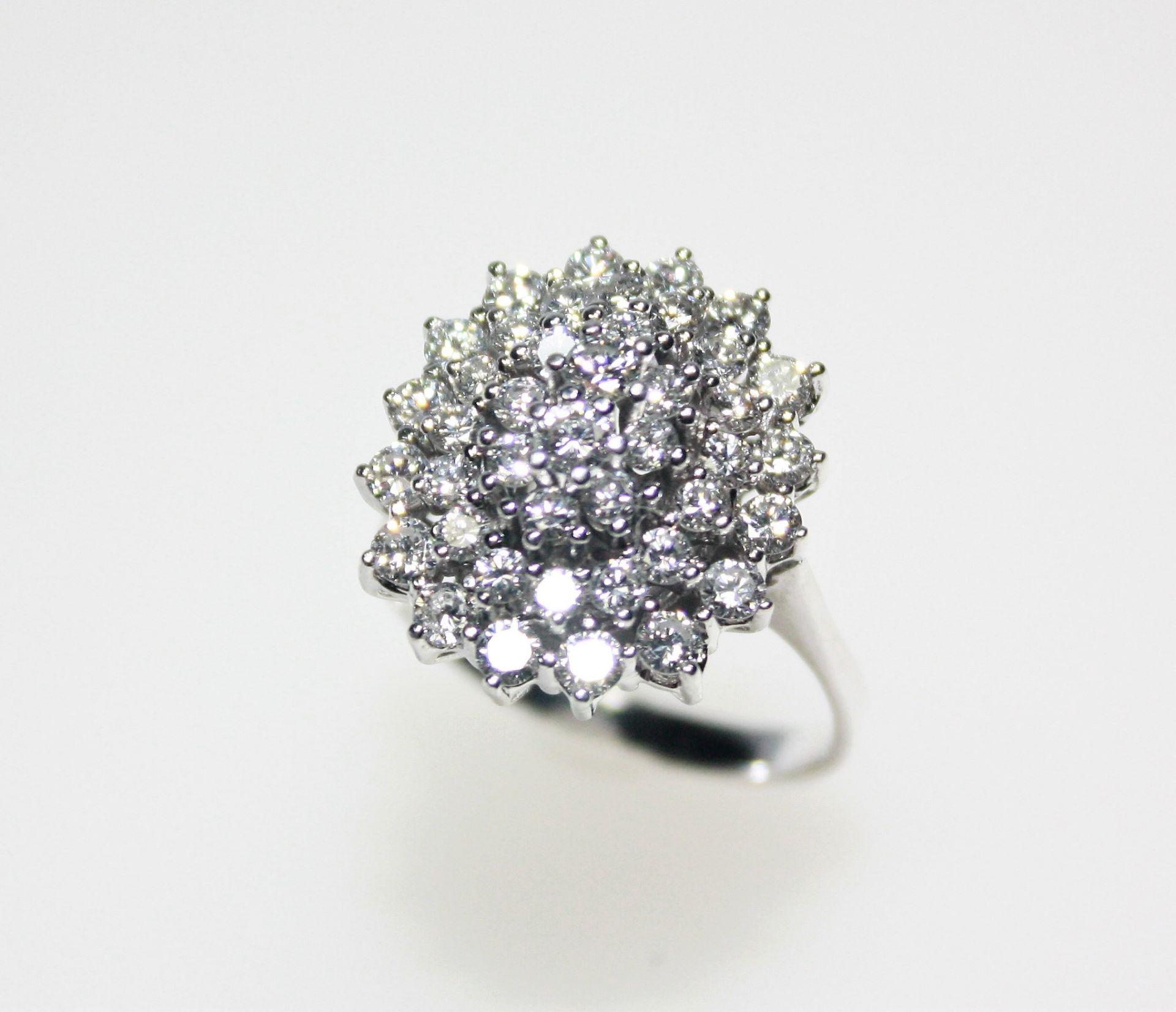Weißgoldring 585/f gest., ovaler Ringkopf mit Diamanten in Brillant schliff zus. ca. 1,10 ct in