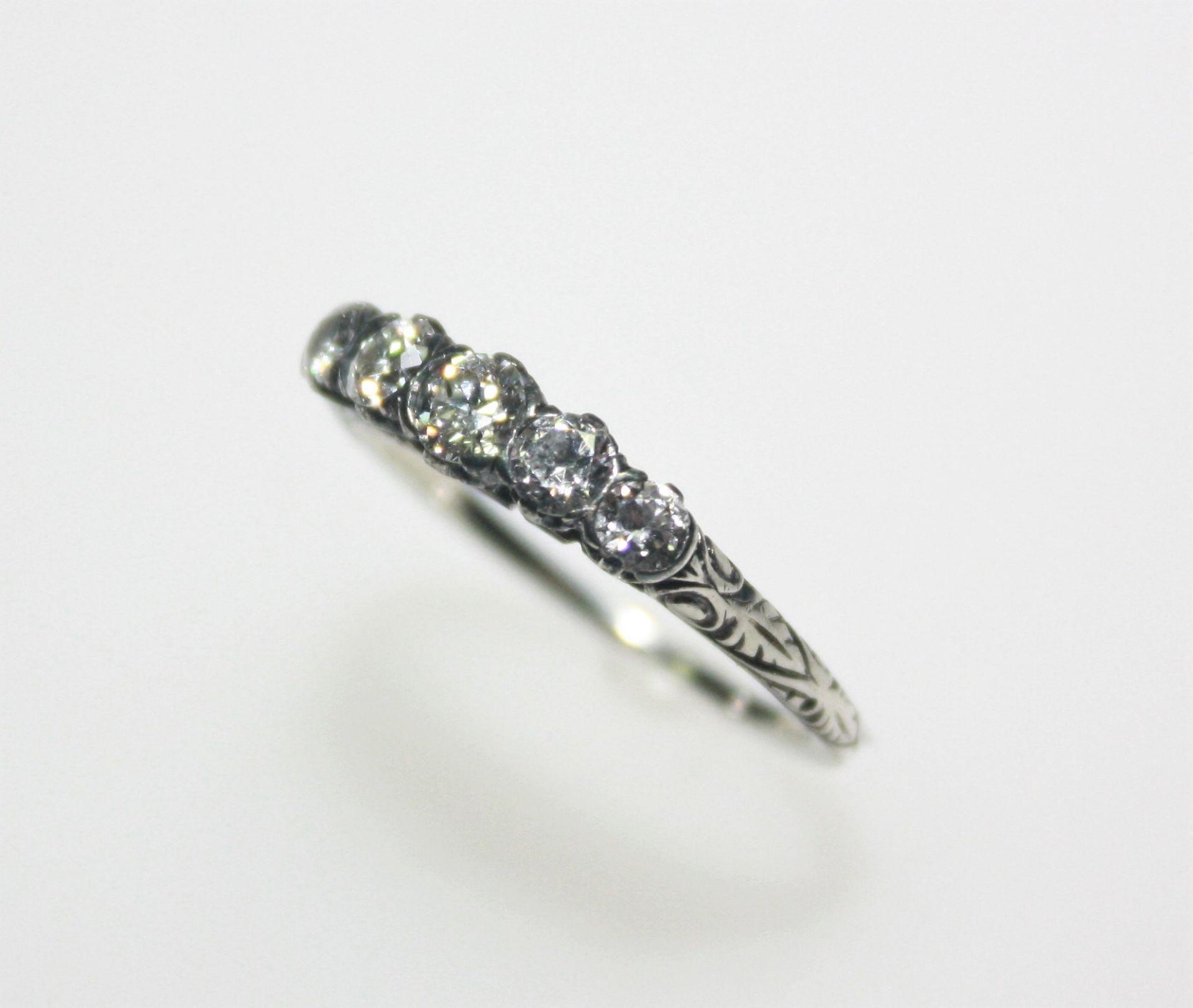 Älterer, weißgoldener Vorsteckring mit fünf Diamanten in Brillant Altschliff zus. ca. 0,60 ct in