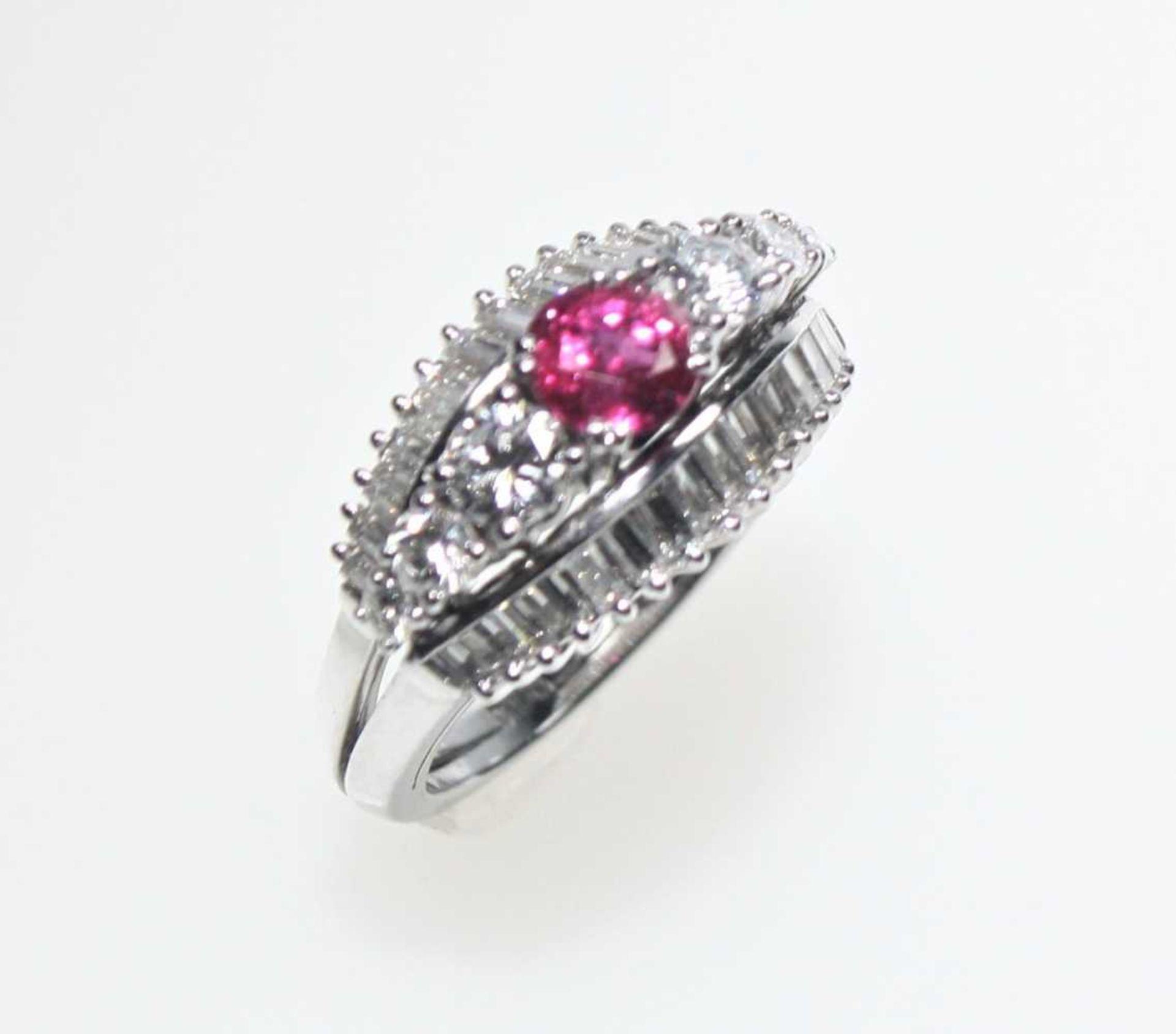 Weißgoldring 750/f gest. mit einem rund facettierten Rubin ca. 0,70 ct und Diamanten in Brillant-