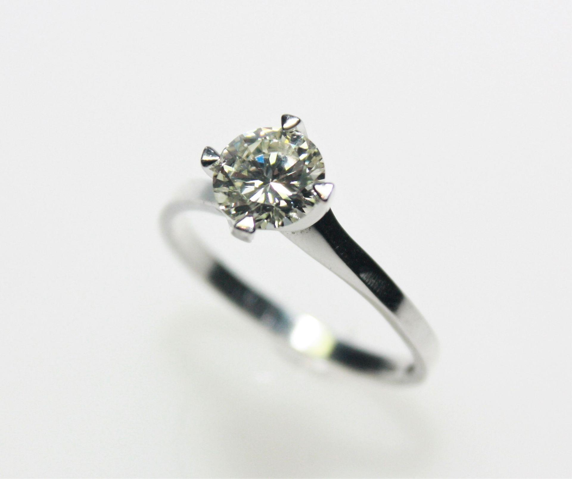 Moderner Weißgoldring 585/f gest., in vier Krappen gefasst ein Diamantsolitär in Brillantschliff ca.