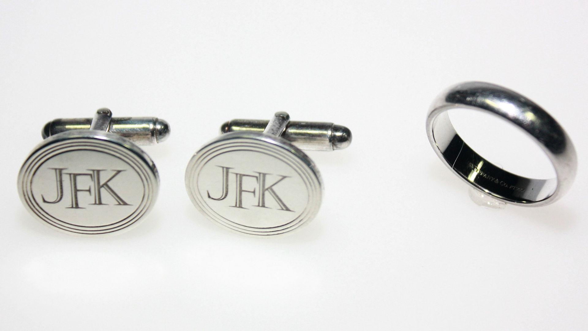 """Konvolut signiert """"Tiffany & Co."""": 1 Schlichter Platinring in Trauringform, innen graviert: """"make"""