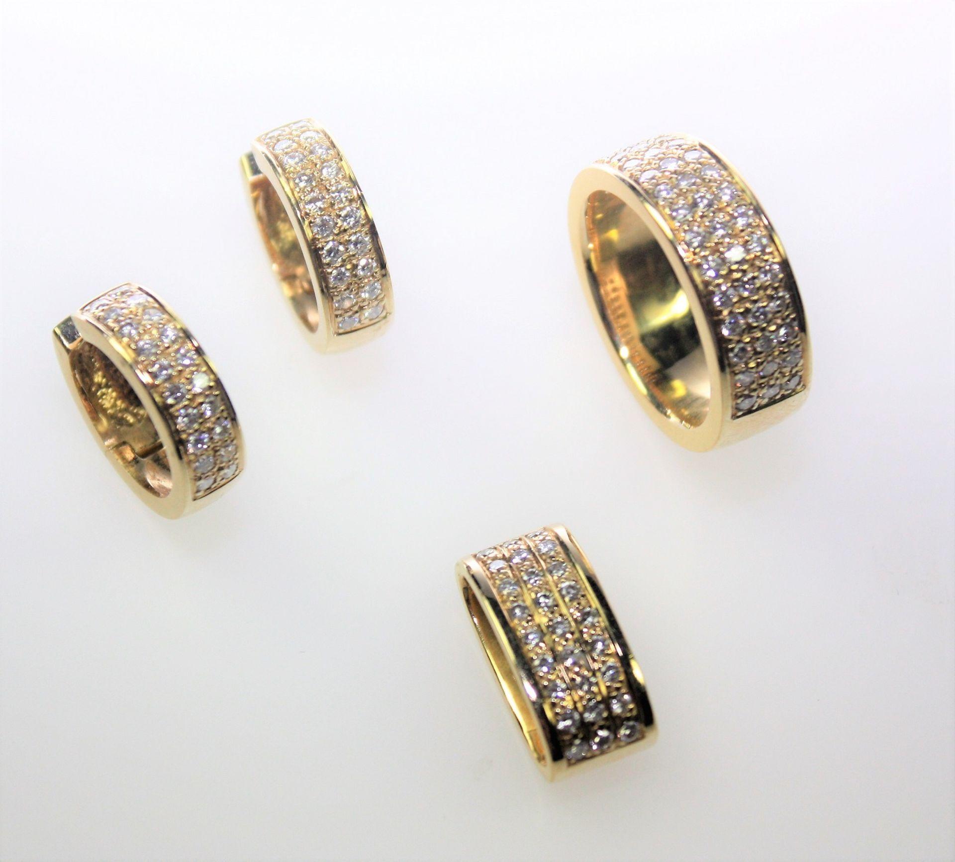 Massive, goldene Garnitur 750/f gest.: 1 Bandring, in drei Reihen 42 Diamanten in Brillantschliff