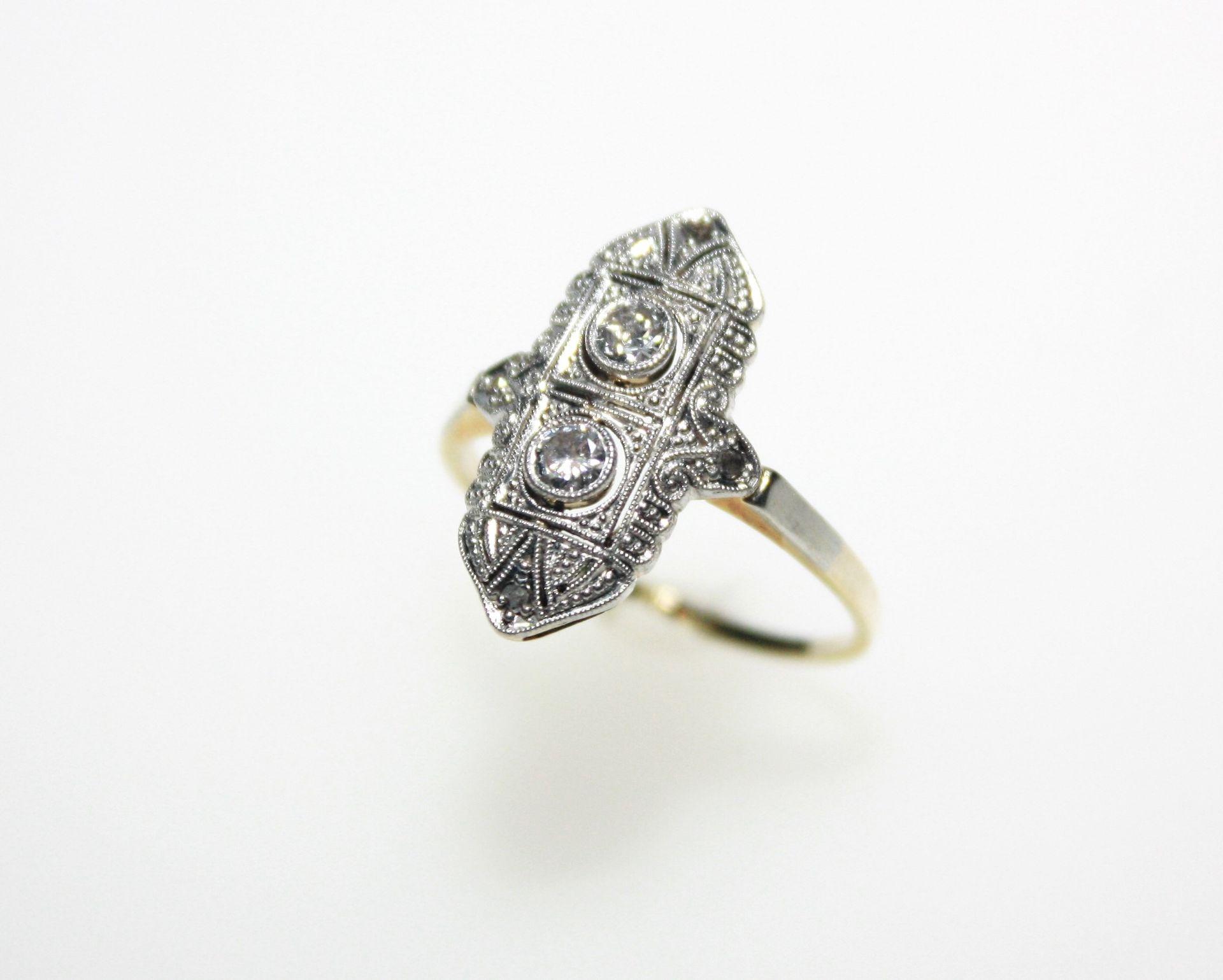 Älterer, goldener Ring mit weißer Aufsicht ca. 585/f, Art Deco, längs ge stellter Ringkopf mit