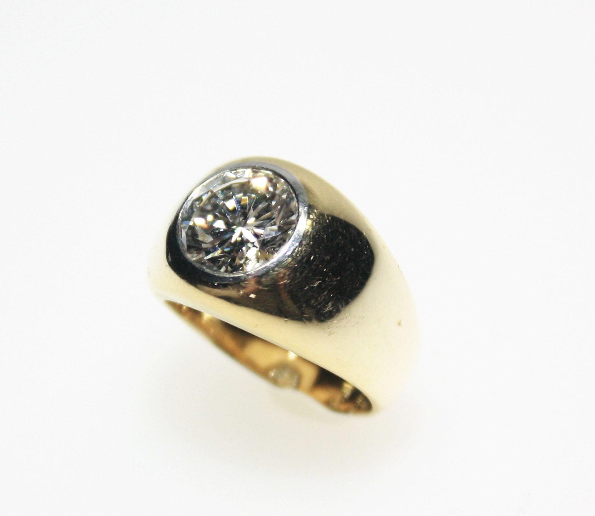 Goldener Bandring 750/f gest., in Weißgoldzarge gefasst ein Diamant in Brillantschliff ca. 2,45 ct
