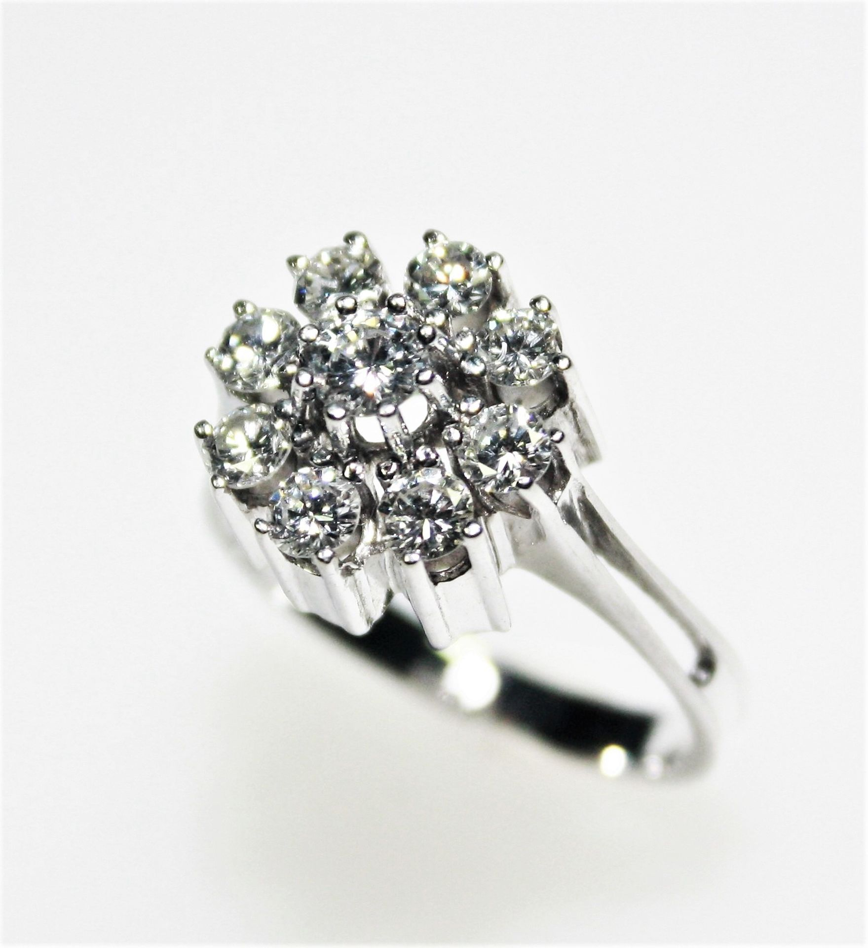 Weißgoldring 585/f gest., hoch gearbeiteter, runder Ringkopf mit Diamanten in Brillantschliff zus.