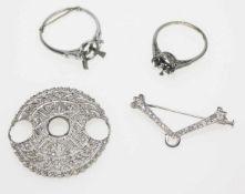 Konvolut aus vier Fassungen:1 weißgoldene Nadel mit Kleindiamanten in uraltem Schliff und einer