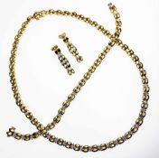 Moderne, goldene Garnitur 750/f gest. mit Kleindiamanten in Brillantschliff in leicht abweichender
