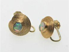 Ein Paar goldene Ohrschrauben 750/f gest. in kunsthandwerklicher Ausführung mit je einer ovalen