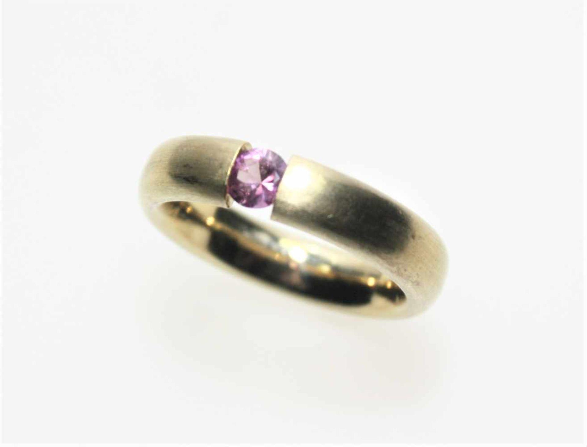 Goldener Spannring 585/f gest., mattiert, mit einem kleinen, runden rosa Stein, vermutlich pink