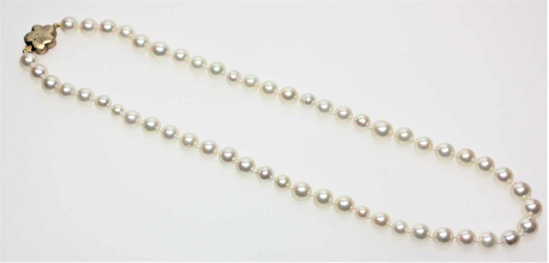 Zuchtperlenkette aus unterschiedlich großen Perlen, Durchmesser ca. 5,4 – 7,9 mm, blütenförmiges,