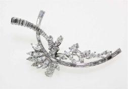 Geschwungene Platinbrosche, voll ausgefasst mit Diamanten in Navette- und Baguetteschliff zus.ca.