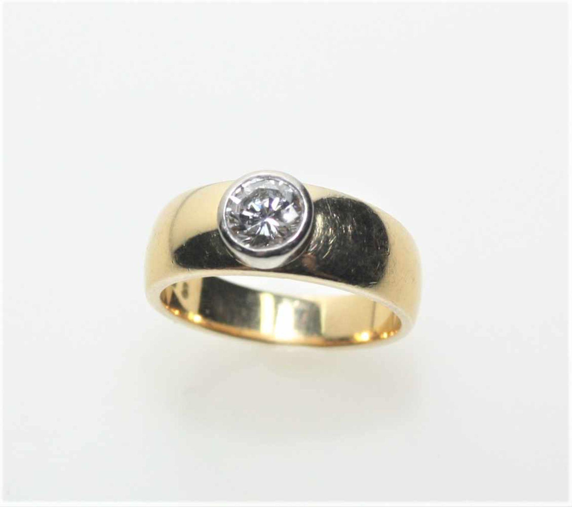 Goldener Bandring 750/f gest., in Weißgoldzarge ein Diamantsolitär in Brillantschliff ca. 0,77 ct