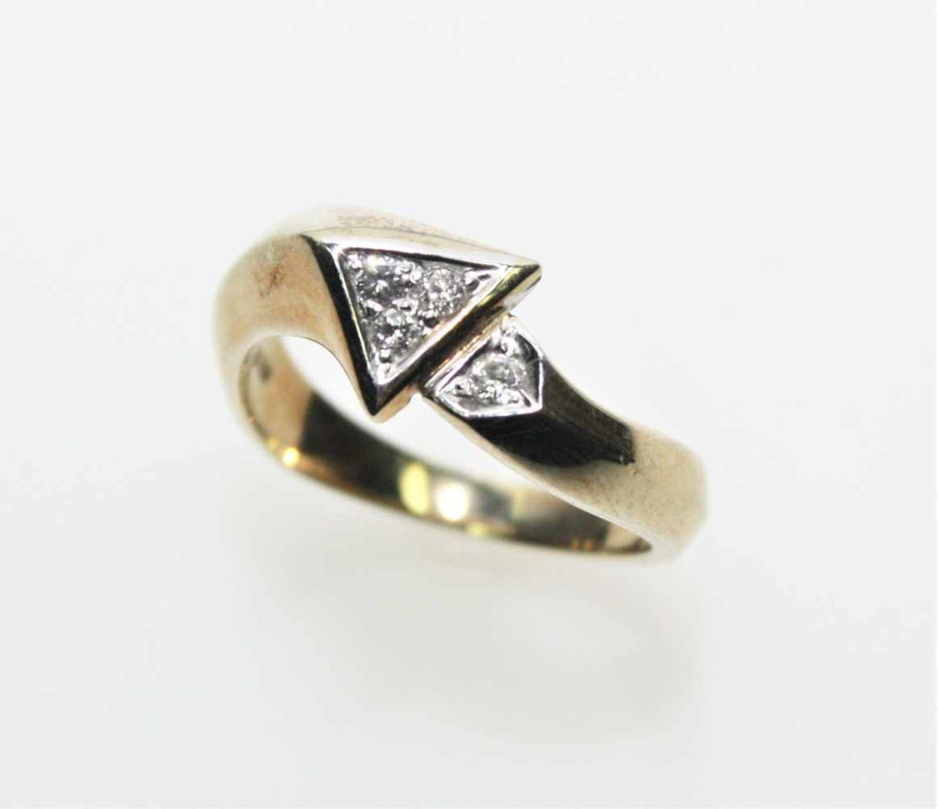 Goldener Ring 585/f gest., im Ringkopf in Weißgold gefasst vier kleine Diamanten in
