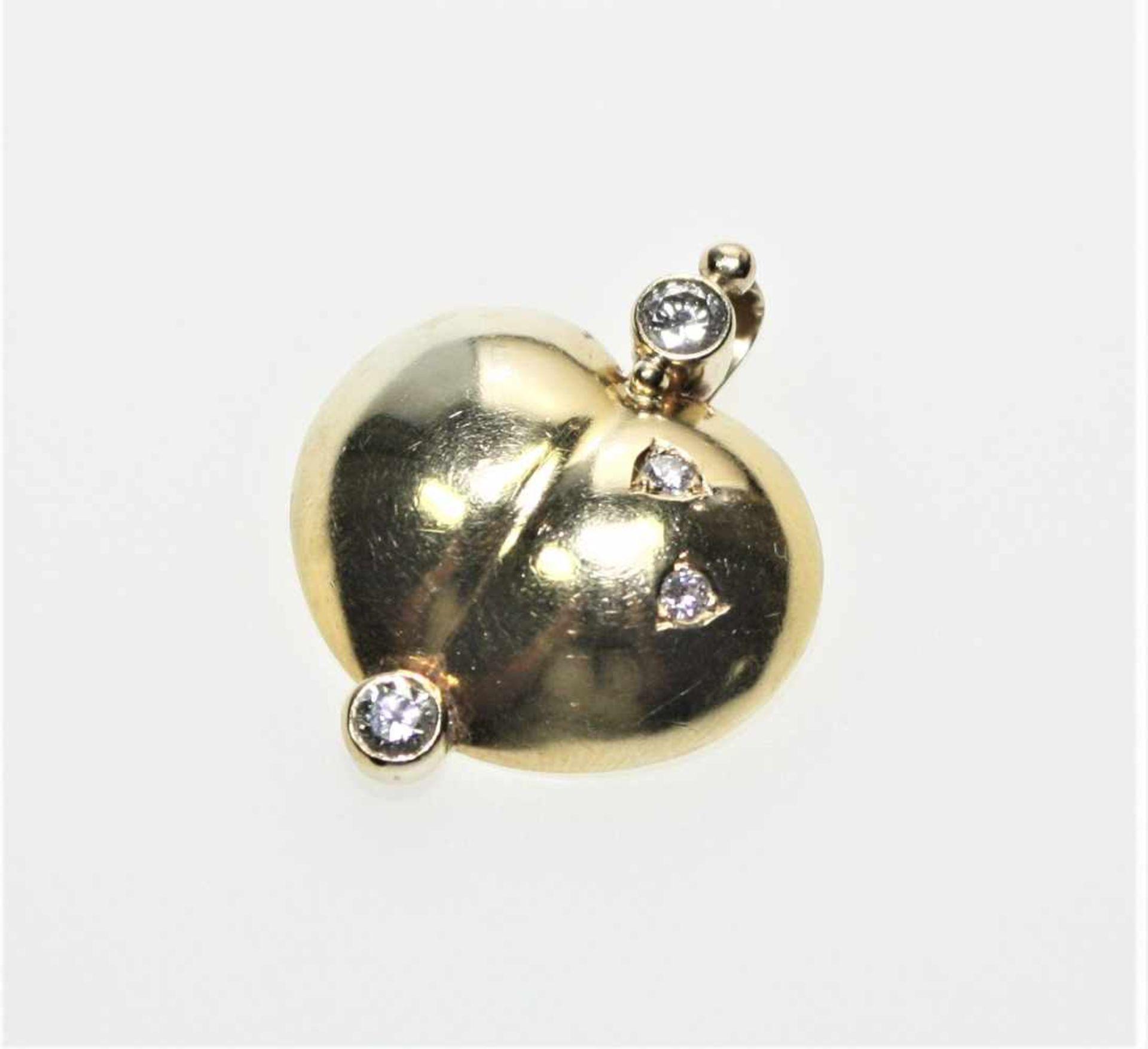 Los 23 - Goldener Herzanhänger 750/f gest., in Zargen zwei Diamanten in Brillantschliff zus.ca. 0,40 ct in