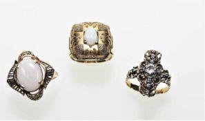 Goldenes Ringkonvolut:Ein Ring ca. 585/f mit ovalem, hellen Opal, Weite ca. 19 ¾, 4,6 gEin Ring 19 K