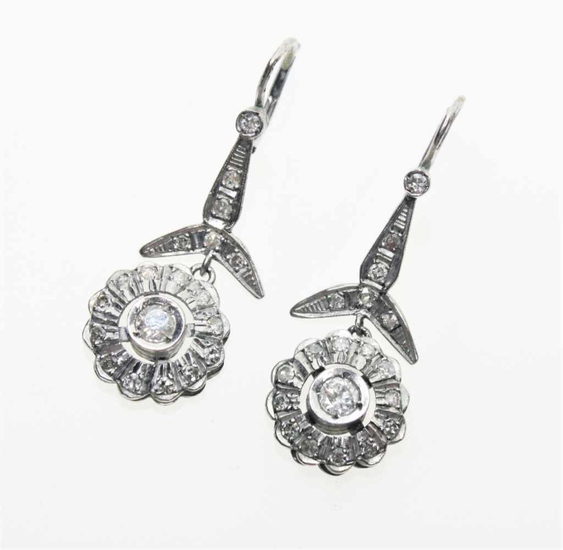 Ältere, blütenförmige Hängeohrringe in Silber, ausgefasst mit Kleindiamanten in altem