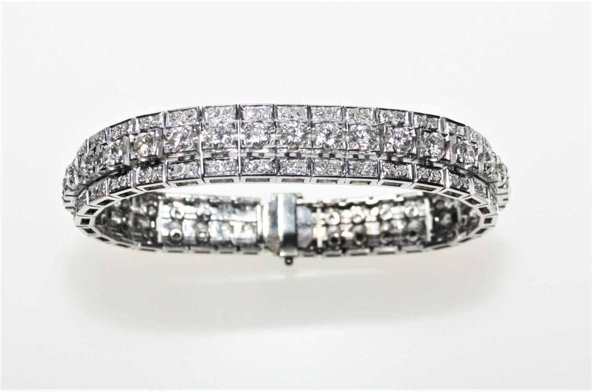 Los 30 - Weißgoldarmband in leichtem Verlauf ca. 750/f, ausgefasst mit Diamanten in Brillantschliff zus.ca.
