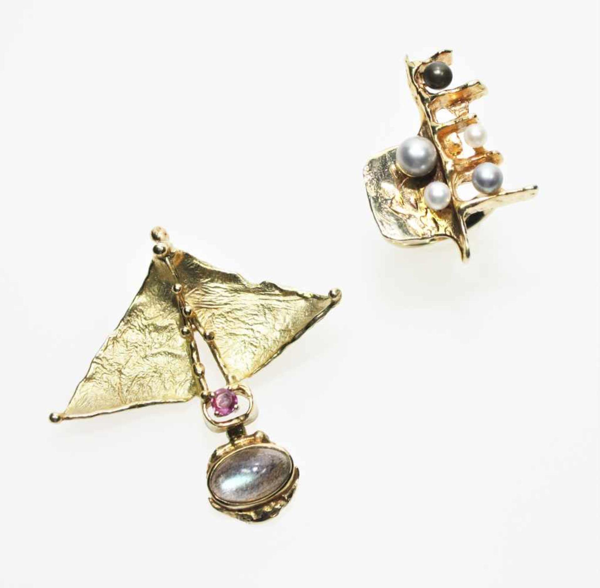 Modernes, goldenes Konvolut:Ein handgearbeiteter Broschanhänger ca. 750/f mit einem kleinen Rubin