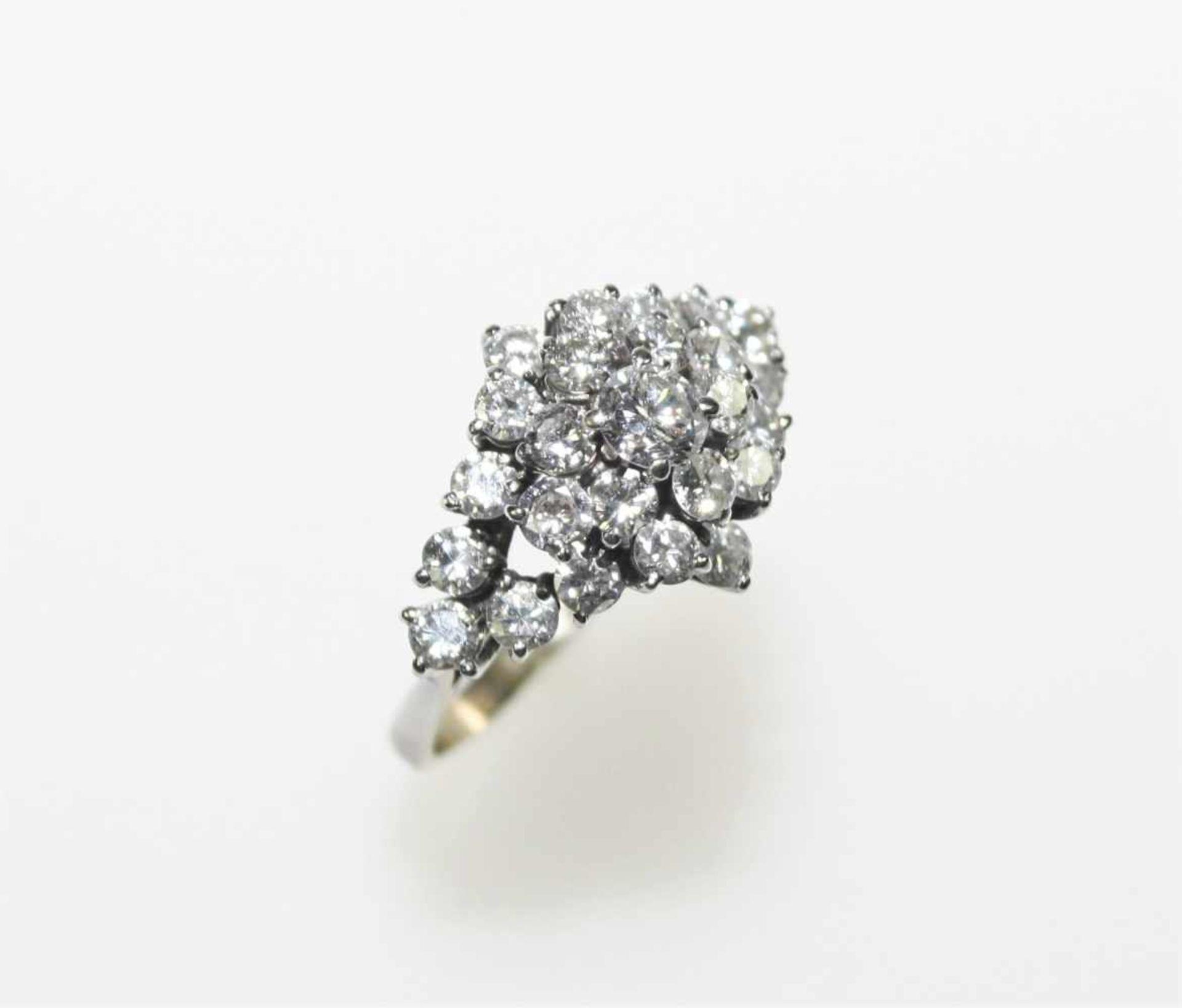 Schmaler Weißgoldring 750/f gest., hoch gearbeiteter Ringkopf mit Diamanten in Brillantschliff zus.