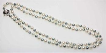 Lange Zuchtperlkette, abwechselnd kleine graue und größere weiße Perlen, blütenförmige