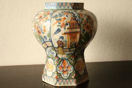 Vase hexogonal en porcelaine de Delft à décor chinois de frondaisons, oiseaux et [...]