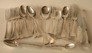Ensemble de couverts en métal argenté de différents styles : 6 fourchettes et 6 [...]