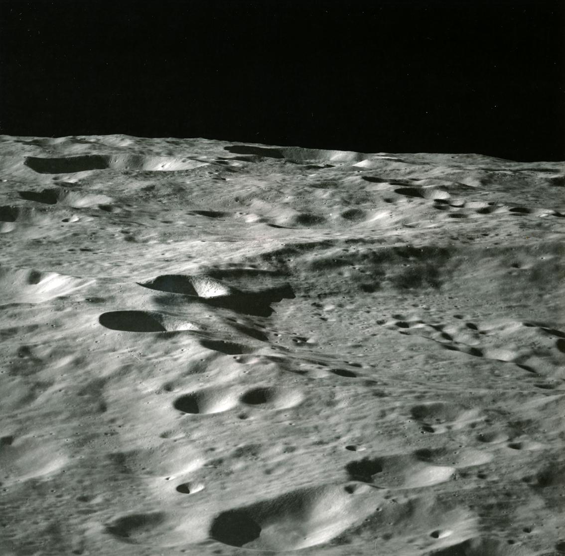 Lot 38 - Nasa. Mission Apollo 10. Vue oblique du cratère Papaleksi situé sur la face cachée [...]