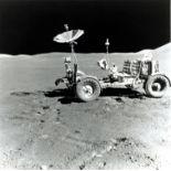 Lot 60 - NASA : Apollo 15. Le premier Rover lunaire déployé sur la Lune. Sur la droite le [...]