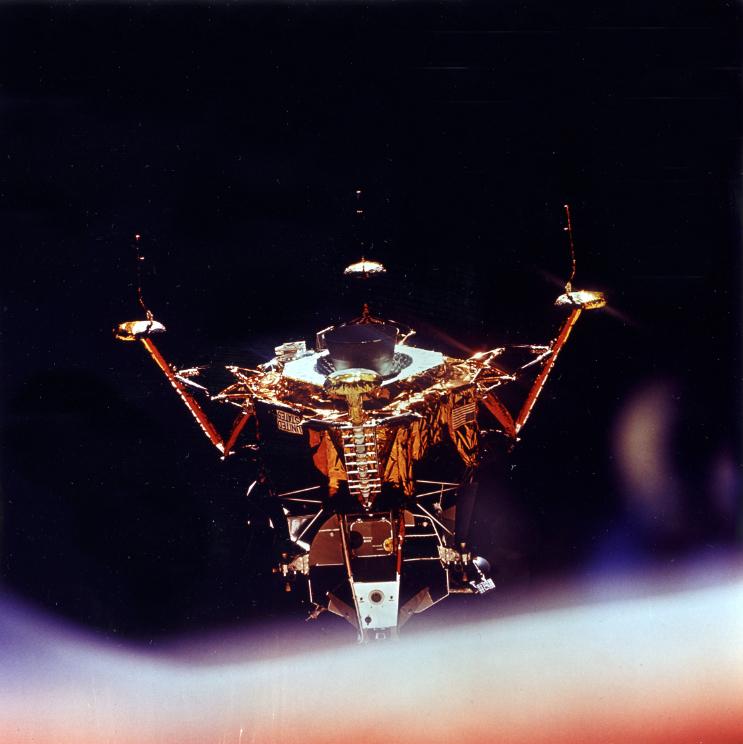 """Lot 52 - Nasa. Apollo 11. Impressionnante vue du module """"Eagle"""" après sa séparation du [...]"""