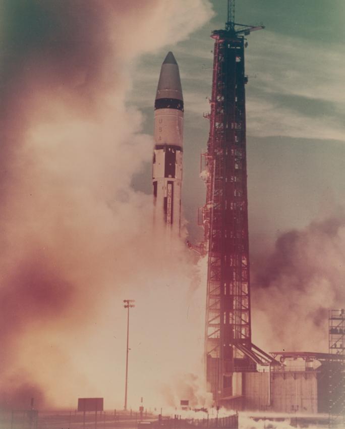 Lot 17 - NASA : Décollage d'une fusée depuis Cap Canaveral. Circa 1960. Tirage [...]